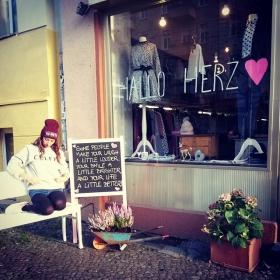 Hallo Montag! Hallo Katerstimmung! Hallo Sonne! Hallo Liebe! HALLO HERZ #halloherz #berlin #kastanienallee #jutebeutel #badhairday #celfie #hallo #love #herz