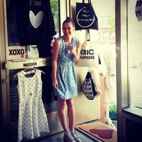 Wir sind bis über beide Segelöhrchen verliebt in das Wal-Kleid von @wearekling  …surrounded by @jute_beutel @gl4lou @klimbimbarcelona @wearembym #halloherz #berlin #kastanienallee #ootd #kling #whale #dress #jutebeutel #gl4lou #xoxo #mbym #klimbimbarcelona #chucks #allstars #chichappens #herzchenindenaugen #stresseddepressedbutwelldressed #love #omg #spring #liebe