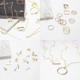 Wir sind sooooo sehr verliebt in den Schmuck von @klimbimbarcelona und würden uns am liebsten behängen wie ein Weihnachtsbäumchen! IT'S REAL LOVE! #halloherz #berlin #kastanienallee #klimbim #klimbimbarcelona #gold #jewellery #handmade #love #omg #herzchenindenaugen #liebe