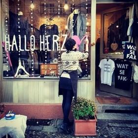 YAAAY! Endlich haben wir unseren Schriftzug am Schaufenster!  Mit Hand und Herz gemacht!  Ein großes DANKESCHÖN an @letterista und This is Miller (www.thisismiller.de) !  #halloherz #berlin #kastanienallee #letterista #kalligraphie #handmade #thisismiller #love #herzchenindenaugen #omg #liebe