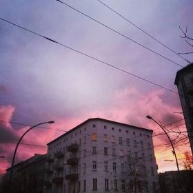 Rosa Himmel für alle mit rosa Herzen und rosaroter Brille auf! #halloherz #berlin #kastanienallee #pink #sky #sundown #love #omg #liebe #herzchenindenaugen