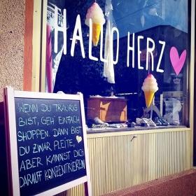 Hallo Wochenende #halloherz #berlin #kastanienallee #hello #weekend #shopping #love #note #notesofberlin #qotd #spring #sun #hochdiehändewochenende #omg #liebe #pleiteabersexy