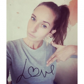 FOR REAL  Love Sweater @sugarhillboutique  Ohrringe @klimbimbarcelona #halloherz #berlin #kastanienallee #sugarhill #love #sweater #earrings #klimbim #barcelona #handmade #gold #loveisallyouneed #forreal #allyouneedislove #totheheart #liebe