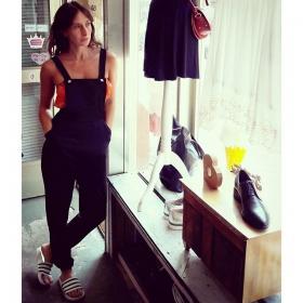 Hallöchen neues Lieblingsteil im Kleiderschrank! DIE LATZHOSE von @sugarhillboutique  Bandeau von @official_minkpink @minkpink_de  Schuhe von @adidasoriginals #halloherz #berlin #kastanienallee #sugarhill #boutique #dungarees #bandeau #top #minkpink #adilette #adidas #maeandivy #bag #vagabond #shoes #leather #summer #love #liebe