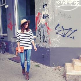 Hallo erstes Herbstgefühl, du bist zu früh!! Wir machen uns trotzdem hübschi für dich!  HAPPY WEEKEND  #ootd Pullover und Hut @wearembym Jeans @globalfunk Uhr @kerbholzeyewear Tasche #blingberlin #halloherz #berlin #kastanienallee #jumper #knit #mbym #stripes #hat #destroyed #jeans #globalfunk #skinny #leather #bag #blingberlin #watch #kerbholz #woodlovers #wood #love #fall #autumn #liebe