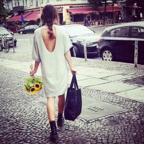 Hallo neues Lieblingskleid von @wearembym , ich hab Sonnenblumen für dich gepflückt!  Tasche von @maeandivy #halloherz #berlin #kastanienallee #mbym #dress #knit #sexyback #sunflower #sun #flower #bag #maeandivy #vegan #leather #docmartens #boots #love #liebe