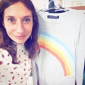 Soooomewheeeere over the rainbow way up hiiiigh, theeeere's a land that I heard of once in a lullabyyyy  Pullover und Bluse von @sugarhillboutique gibt's für alle Regenbogen-Mädchen und Erdbeer-Popöchen im Frühling 2017! #halloherz #berlin #kastanienallee #sugarhill #boutique #spring #2017 #rainbow #clouds #jumper #love #reginaregenbogen #shirt #strawberry #somewhereovertherainbow #liebe