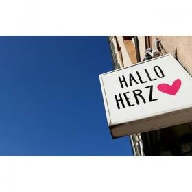 Hallo blauer Himmel  Hallo Wochenende  Hallo Herz #halloherz #berlin #kastanienallee #happyweekend #summer #bluesky #love #liebe
