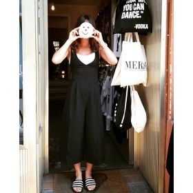 Welcome to HALLO HERZ  #ootd @numph_dk @adidasoriginals @klimbimbarcelona @jute_beutel#halloherz #berlin #kastanienallee #nümph #jumpsuit #pantsuit #fall #blackandwhite #adidas #adilette #jutebeutel #klimbimbarcelona #gold #necklace #love #welcometomycrib