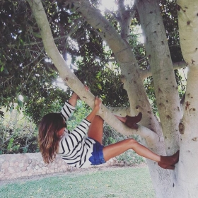 Ich bin dann mal kurz klettern…  #ootd @wearembym @apple.of.eden @americanapparelde #halloherz #berlin #kastanienallee #mbym #knit #stripes #appleofeden #leather #boots #americanapparel #jeans #shorts #endless #summer #mallorca #climb #tree #love #liebe