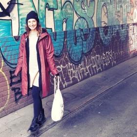 Regenmäntel sind auch ohne Regen der Knaller! Vorallem in bordeaux! WEEEEEE LOVE @wearembym  @minkpink_de @official_minkpink @esperandohamburg @jute_beutel @zoharatights #halloherz #berlin #kastanienalle #berlinstyle #kreuzberg #streetstyle #fashion #style #fashionblogger #ootd #mbym #raincoat #minkpink #knit #esperando #wool #jutebeutel #zoharatights #docmartens #love #autumn #fall #instagood #grafitti #picoftheday #liebe #streetart
