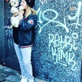 Unser Lieblings#ootd  ISOLD PANTS von @numph_dk  Jacke @grabbing_hands_vintage  Schuhe @adidasoriginals  Make-up @evora_official   Lieblings-Frida  und Lieblings-Kristin @god_bless_words #halloherz #berlin #kastanienallee #nümph #pants #grabbinghands #vintage #michealjordan #adidas #sneakers #stansmith #streetstyle #style #fashion #shopping #berlinstagram #kreuzberg #361 #graffiti #insta #happy #picoftheday #dog #dogsofinsta #dogstagram #love #yolo