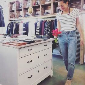 Dress to impress DEINE MUDDER!  Wir lieben #momjeans von @globalfunk  Und den neuen Streifenbody von @wearembym  UND TULPEN #halloherz #berlin #kastanienallee #ootd #globalfunk #jeans #mbym #body #stripes #chucks #allstars  #glasses #braids #flowers #tulips #shopping #style #fashion #insta #happy #love #dresstoimpress #deinemudder