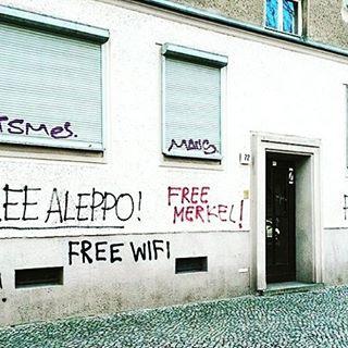 """""""Wir wollen die Freiheit der Welt und die Straßen aus Zucker!""""  FREE YOUR MIND  FREE YOURSELF – IT'S WEEKEND BABY #halloherz #berlin #kastanienallee #berlinstagram #streetart #urbanart #street #art #style #streetphotography #graffiti #free #befree #freiheitfüralle #love #happy #weekend #friday #friyay #writingsonthewall"""