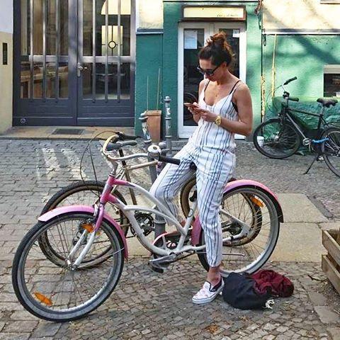 Eyyyy Sonne, PLLLEEEAAASSSEEE COME BACK, damit ich durch meine Hood cruisen kann! …mit meinem neuen Lieblings-Jumpsuit von @official_minkpink #halloherz #berlin #kastanienallee #ootd #minkpink #jumpsuit #pantsuit #stripes #blackandwhite #vans #slippers #nixon #timeteller #electrabike #bike #bikeporn #ICHLIEBEMEINFAHRRAD #pink #picoftheday #sun #summer #style #fashion #shopping #love