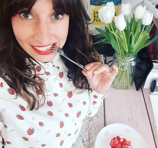 Da hüpfen die Erdbeeren von meiner @sugarhillboutique Bluse über mein @kastanientoertchen HUUUUUPSiiiii in meinen Bauch! Ich kann da gar nichts gegen machen!  #halloherz #berlin #kastanienallee #kastanientörtchen #cake #coffeeshop #coffee #food #foodporn #strawberries #sugarhillboutique #tulips #flowers #shopping #style #fashion #fashionlover #ootd #picoftheday #love #happy #monday #ilovesweets #scheissmalaufkalorien