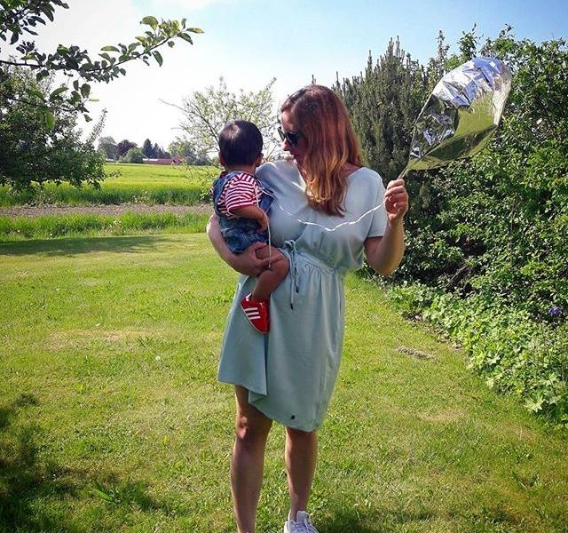 Übertriiieeeben verknallt in meinen Neffen, meine Schwester und ihr neues Kleid von @numph_dk #halloherz #berlin #kastanienallee #fashion #style #shopping #nümph #dress #baby #babyboy #babylove #adidas #gazelle #stansmith #ootd #picoftheday #summer #nature #garden #balloon #insta #happy #family #sun #love