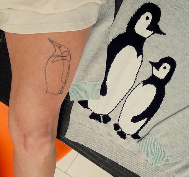 Pinguine halten sich gegenseitig warm wenn es eisig und kalt ist!  So wie dieser Pullover von @sugarhillboutique ! Der wird UNS im Winter warm halten!  #wintercollection2017 #halloherz #berlin #kastanienallee #sugarhill #sugarhillboutique #penguins #tattoo #tattoolivia #handpoke #oliviajasinski #artist #art #skin #picoftheday #shopping #style #fashion #love #insta #happy #happymonday #mondaymood