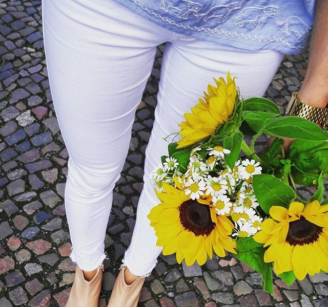 HAPPY MONDAY Jeans von @2ndone_official -Bluse von @sugarhillboutique Booties von @vagabondshoemakers #halloherz #berlin #kastanienallee #ootd #elephant #sugarhillboutique #2ndone #jeans #vagabond #shoes #leather #flowers #sunflowers #marguerite #love #shopping #style #fashion #happymonday #happy #monday #insta #sun #mondaymood