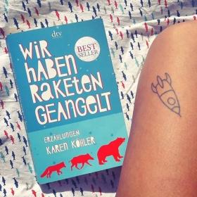 """Hallo Herz Buchtipp Ein Buch über das Leben! …und darüber, dass es zerbrechen kann. …dieses eine Leben… …das manchmal echt fies sein kann… aber auch so übertrieben schön… und so übertrieben scheisse… so federleicht… und manchmal so verräterisch schwer…  """"WIR HABEN RAKETEN GEANGELT"""" von Karen Köhler #halloherz #berlin #kastanienallee #karenköhler #wirhabenraketengeangelt #book #bookstagram #buchtipp #sunday #sundaymood #mood #summer #picoftheday #tattoo #rocket #handpoke #tattoolivia #stickandpoke #love"""