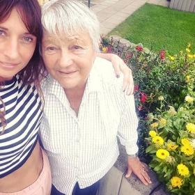 Wenn ich groß bin, will ich so sein wie du, Oma!  An alle Omas da draußen: könnt ihr nicht einfach FÜR IMMER bleiben?  HALLO OMA, HALLO HERZ #halloherz #berlin #kastanienallee #oma #lieblingsmensch #granny #grandmother #love #liebe #forever #family #grannystyle #flowers #garden #nature #marigold #croptop #style #fashion #shopping #shop #insta #mood #picoftheday
