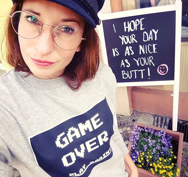HAPPY MONDAY und so…  Sweater von @wearembym Brille von @specsberlin #halloherz #berlin #kastanienallee #ootd #sweater #gameover #mood #monday #mondaystruggle #glasses #specsberlin #flowers #chalkboard #quote #qotd #ihopeyourdayisasniceasyourbutt  #style #fashion #shopping #picoftheday #love #liebe