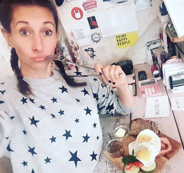 """Ich schwöre bei meinem Sternchen-Sweater von @wearembym , das """"Katerfrühstück"""" von @kastanientoertchen ist 'ne Reise auf die #kastanienallee wert! #butfirstletmetakeaselfie HAPPY WEEKEND! #halloherz #berlin #prenzlauerberg #ootd #mbym  #sweatshirts #stars #style #fashion #kastanientörtchen #breakfast #hungover #bavarian #leberkäse #food #foodporn #delicious #yummy #instafood #weekend #friday #love #liebe"""