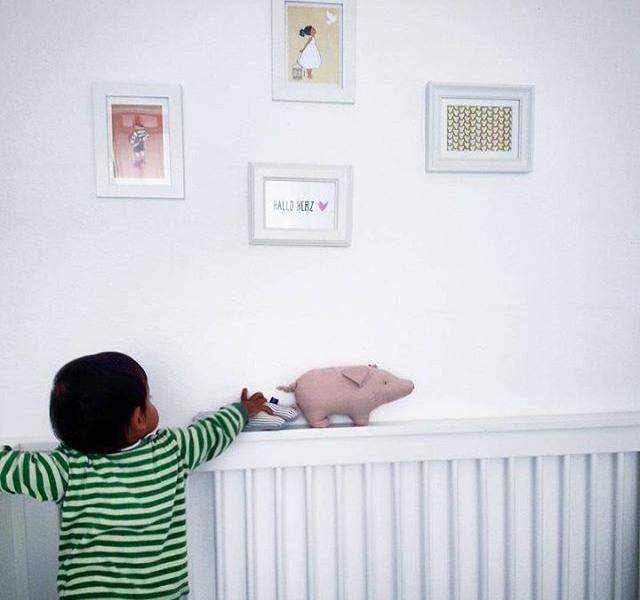 Hallo Lieblingsmensch  Hallo Herz #halloherz #berlin #belleandboo #kastanienallee #interior #postcard #frame #pictures #piglet #teddy #schwein #lotta #lottaausderkrachmacherstrasse #astridlindgren #babylove #baby #babyboy #picoftheday #family #familymatters #love #liebe