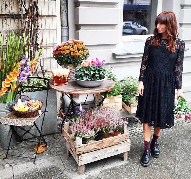 Spitzenmäßiges Spitzenkleid von @softrebels und spitzenmäßige Blumen von #kiezblume aus dem spitzenmäßigen #kreuzberg  #halloherz #berlin #kastanienallee #ootd #softrebels #lace #lacedress #nümph #socks #docmartens #flowers #flowerpower #flowershop #streetstyle #style #fashion #fashionshop #shop #shopping #friday #happy #happyfriday #picoftheday #love