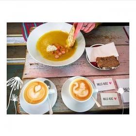 Hallo Herz  + @kastanientoertchen  = RiESENLiEBE  #neighbourhood Danke @marijoreo für das sweete Foto! #halloherz #berlin #kastanienallee #kastanientörtchen #neighbours #coffee #coffeeshop #soup #latteart #food #foodie #bread #butfirstcoffee #girlpower #girlboss #style #fashion #shopping #girls #fashiongoals #love #liebe #homemadebread