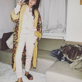 Mama sagt, ich sei ein Atze. Was ist das nur für 1 Life?! #spätifashion #halloherz #berlin #kastanienallee #ootd #adidas #adidasoriginals #girlpower #boss #girlboss #cozy #chill #monday #happymonday #xmas #atze #leolook #animalprint #fakefur #bathrobe #style #fashion #shopping #girls #flipflops #love #liebe