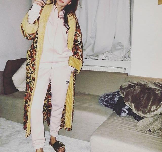 Mama sagt, ich sei ein Atze. Was ist das nur für 1 Life?! #spätifashion #halloherz #berlin #kastanienallee #ootd #adidas #adidasoriginals #girlpower #boss #girlboss #cozy #chill #monday #happymonday #xmas #atze #leolook #animalprint #fakefur #bathrobe #style #fashion #shopping #girls #flipflops #love #liebe