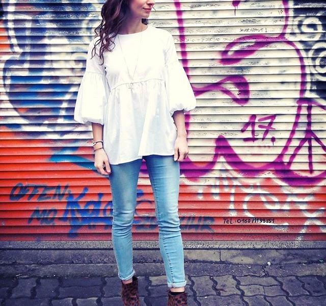 Hey Bee Blouse, I LOVE YOU  @softrebels  Jeans von @globalfunk  Kette von @klimbimbarcelona #halloherz #berlin #kastanienallee #softrebels #blouse #balloonsleeves #globalfunk #jeans #klimbimbarcelona #monday #mondaymood #grafitti #urbanart #streetstyle #urban #girlpower #girlboss #style #fashion #shopping #girls #fashiongoals #love #liebe #picoftheday
