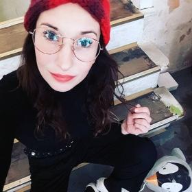 Danki @jessehaupt für mein neues Lieblings-Accessoire: Stirni das Stirnband  Pullover @wearembym Hose @numph_dk Schuhe @vans Brille @specsberlin P.S. Heute ist übrigens Ehrentag der Pinguine! #halloherz #berlin #kastanienallee #ootd #headband #knit #handmade #knitted #glasses #specsberlin #black #vans #penguin #red #redlips #kiss #girlpower #girlboss #style #fashion #shopping #girls #fashiongoals #love #liebe #picoftheday