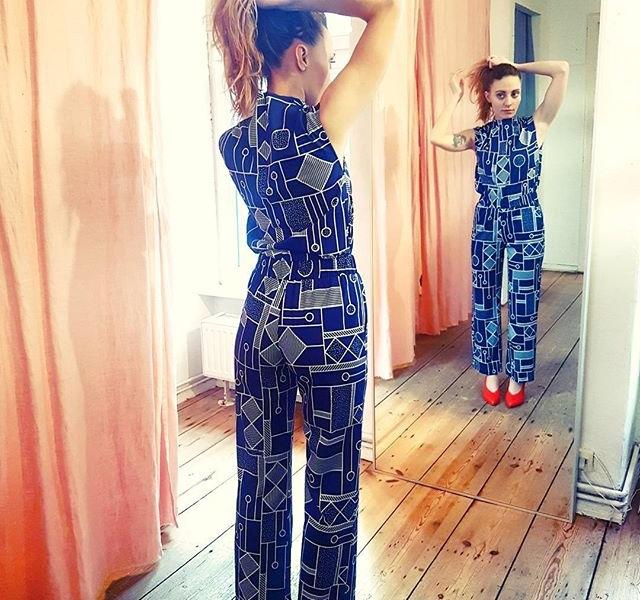 Crush Of The Day  @numph_dk + @vagabondshoemakers + @frau_reiseleine  #halloherz #berlin #kastanienallee #nümph #twopiece #pattern #geometric #vagabond #vagabondshoes #red #redshoes #blue #mirror #girlpower #girlboss #style #fashion #shopping #girls #fashiongoals #love #liebe #woman #power #ootd