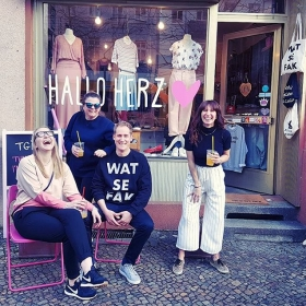 Prosti! …darauf, dass Freitag ist! UND AUF DIE FREUNDSCHAFT! #ganglove #halloherz #berlin #kastanienallee #ootd #minkpink #jutebeutel #nümph #weekend #friday #happyfriday #fridaymood #friends #laugh #friendship #gang #girlpower #girlboss #style #fashion #shopping #girls #fashiongoals #love #liebe