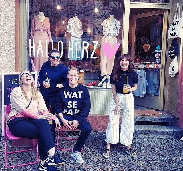Prosti! …darauf, dass Freitag ist! UND AUF DIE FREUNDSCHAFT! #ganglove #halloherz #berlin #kastanienallee #ootd #minkpink #jutebeutel #nümph #weekend #friday #happyfriday #fridaymood #friends #laugh #friendship #gang #girlpower #girlboss #style #fashion #shopping #girls #fashiongoals #love #liebe
