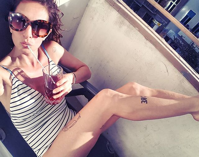 Rom oder Balkonien – Hauptsache BERLIN!  #wodkarhabarber  Badeanzug von @numph_dk  für 49,95 € bei HALLO HERZ #halloherz #berlin #kastanienallee #nümph #stripes #swimsuit #swimwear #body #bodysuit #sunglasses #sun #drink #balcony #girlpower #girlboss #style #fashion #shopping #girls #fashiongoals #love #liebe #tattoo