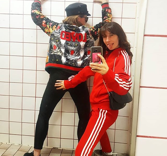 Baby mach dich schick, ich führ' dich heute ins Bierhaus Urban aus!  #molleundkorn  LOVED-Jacke von @softrebels  109,90 € #halloherz #berlin #kastanienallee #kreuzberg #bierhausurban #kreuzbergernächtesindlang #softrebels #loved #adidas #tracksuit #red #girlgang #girlpower #girlboss #style #fashion #shopping #girls #fashiongoals #love #liebe #friends #friendship #butt