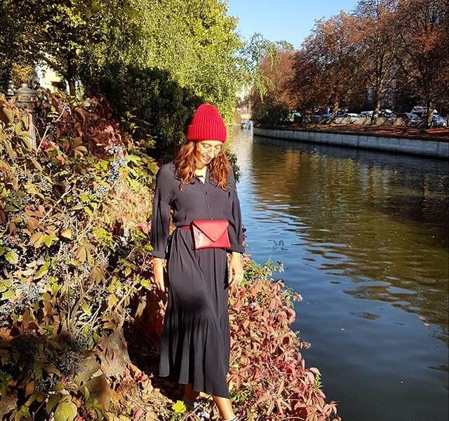 Kleid @softrebels Mütze @wearembym Hipbag #blingberlin #halloherz #berlin #kastanienallee #softrebels #dress #mbym #knit #hipbag #leather #adidas #kreuzberg #landwehrkanal #nature #autumn #fall #sun #girlpower #girlboss #style #fashion #shopping #girls #fashiongoals #love #liebe
