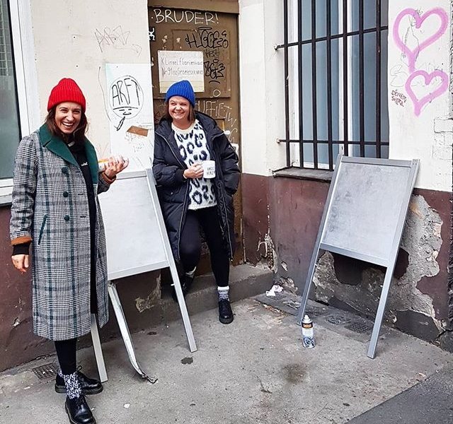 Lachen mit Menschen die du liebst – Beste wo gibt!  #ootd Daunenmantel von @spoomamsterdam Karo-Mantel und Strickpullover von @numph_dk Mützen von @wearembym Schuhe von @appleofedenshoes FUCK RACISM Socken von @bqlstore #halloherz #berlin #kastanienallee #nümph #spoom #mbym #coat #knit #appleofeden #drmartens #bql #spray #graffiti #girlpower #girlboss #style #heart #friends #streetart #urban #urbanart #heart #fashion #shopping #girls #love #liebe #friendshipgoals