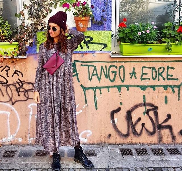 Hey Kaa, du Schlange, Danke für den Look!  Und Danke @numph_dk für das Kleid (79,95 €) Mütze von @esperando_unltd (50 €) Tasche von #blingberlin (69,90 €)  #halloherz #berlin #kastanienallee #nümph #dress #snake #xberg #kreuzberg #flowers #streets #urban #graffiti #streetart #girlpower #girlboss #style #fashion #shopping #girls #fashiongoals #love #liebe #rayban #drmartens